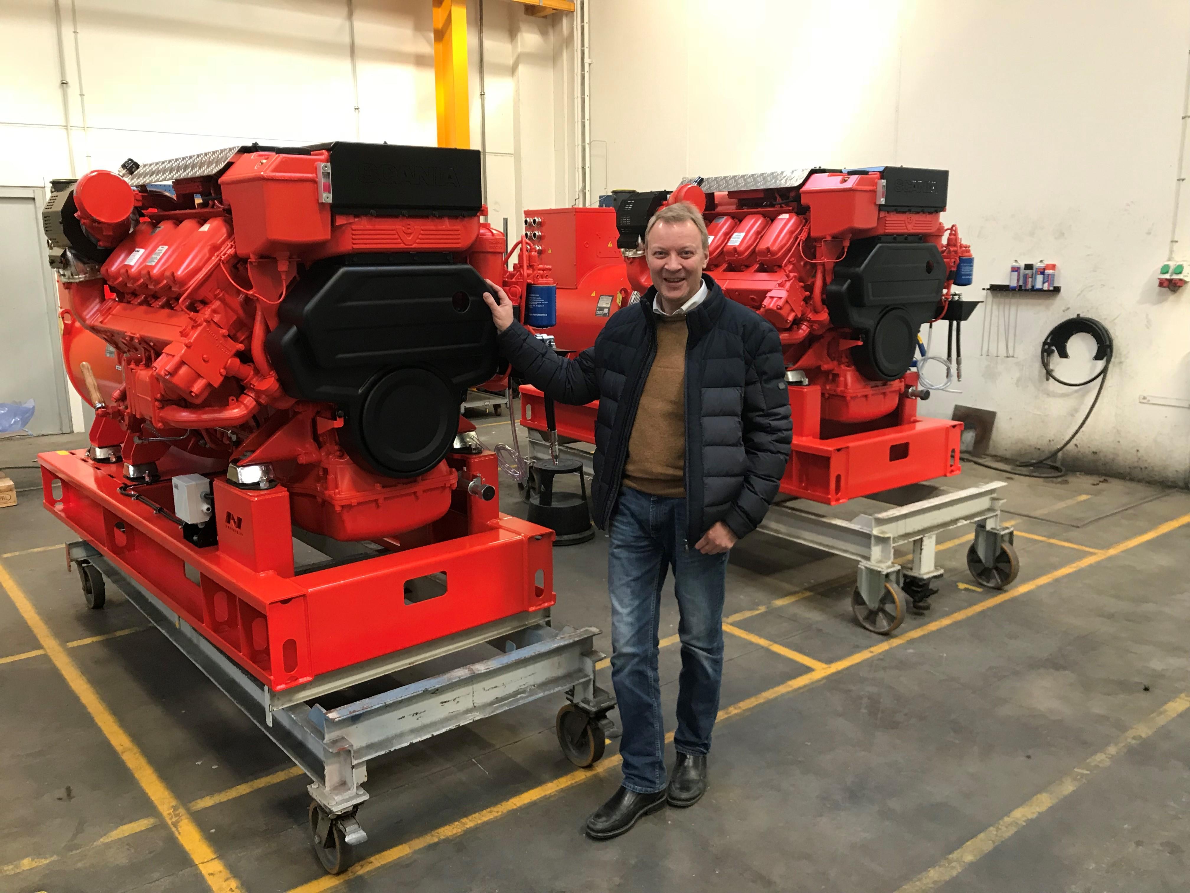 Troels, MH Simonsen står foran 2 anlæg GASI 16-05, inden de afsendes til Grønland