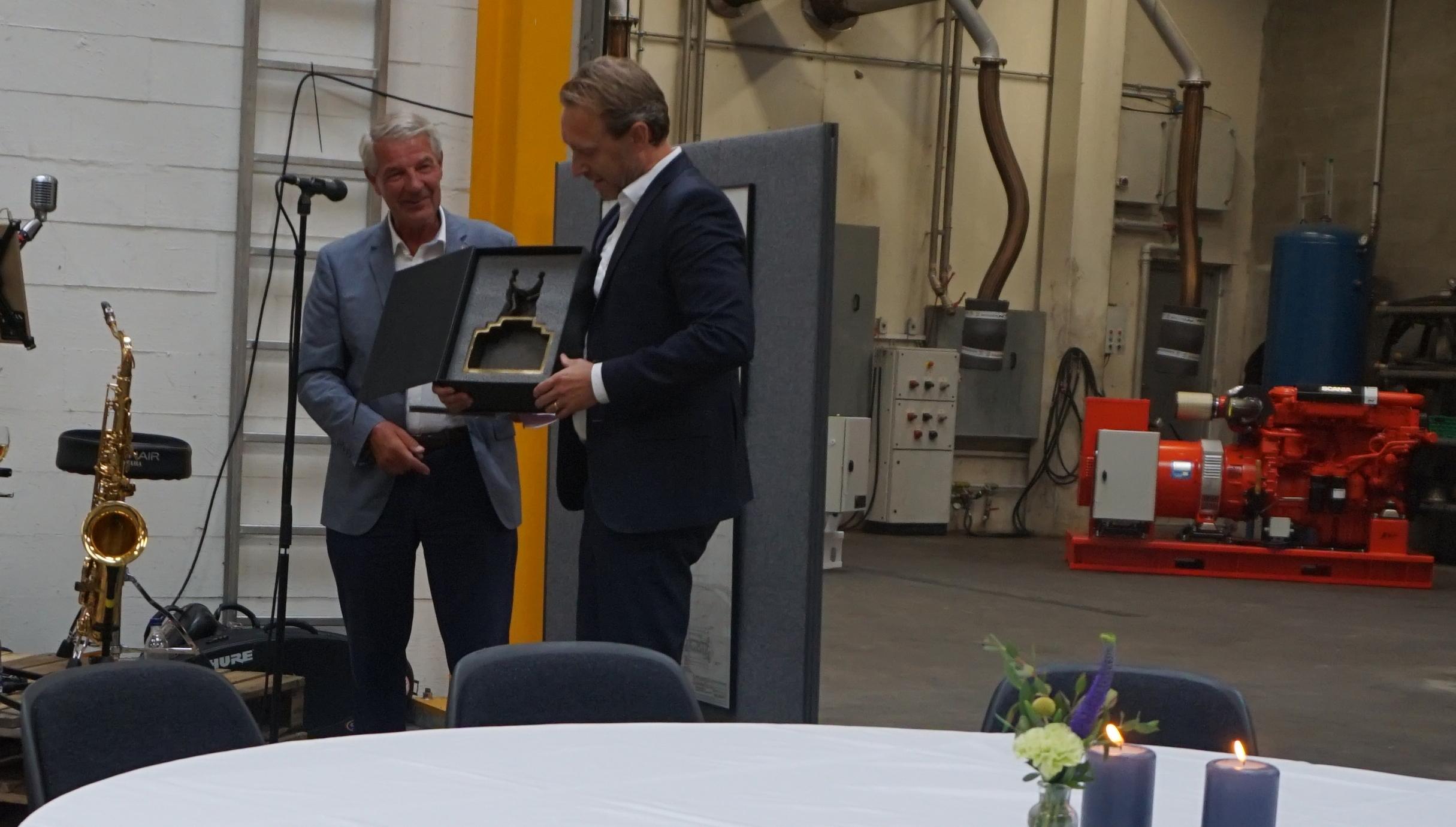Ejer Kent Kirk overrækker gave til Scania