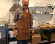 Søren Bruhn i køkkenet - laver brunch til kollegaer
